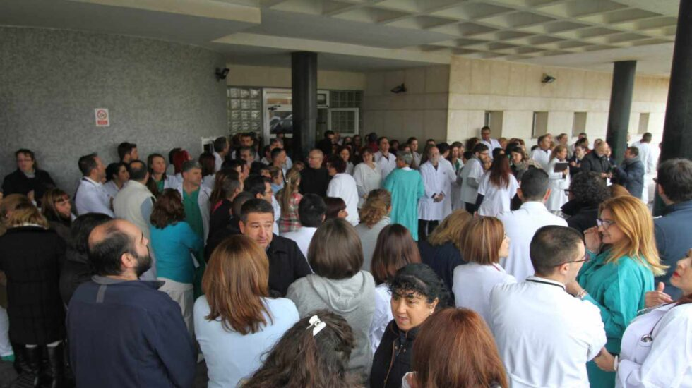 Trabajadores del servicio de urgencias del hospital de La Línea, asaltado este martes.