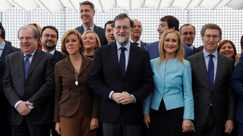 Cifuentes junto a Rajoy en la foto de familia previa al aalmuerzo en Génova de este lunes