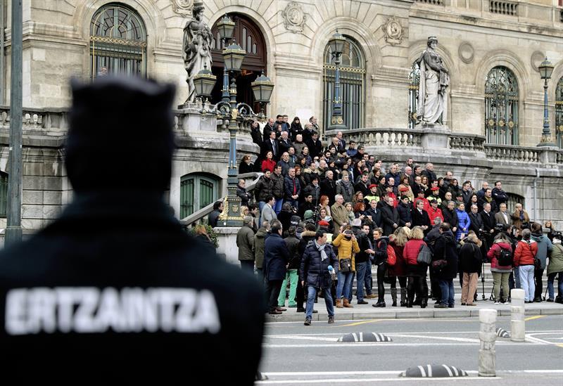 Un agente de la Ertzaintza vigila una concentración en la escalinata del Ayuntamiento de Bilbao en repulsa a los altercados del pasado jueves en el que falleció un agente.