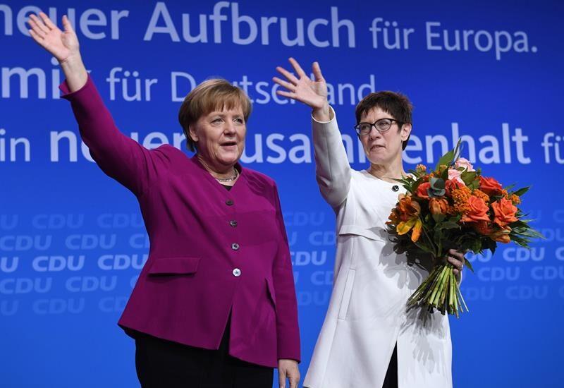 La canciller Angela Merkel y la sercretaria general, Annegret Kramp-Karrenbauer, en el congreso de la CDU en Berlín.