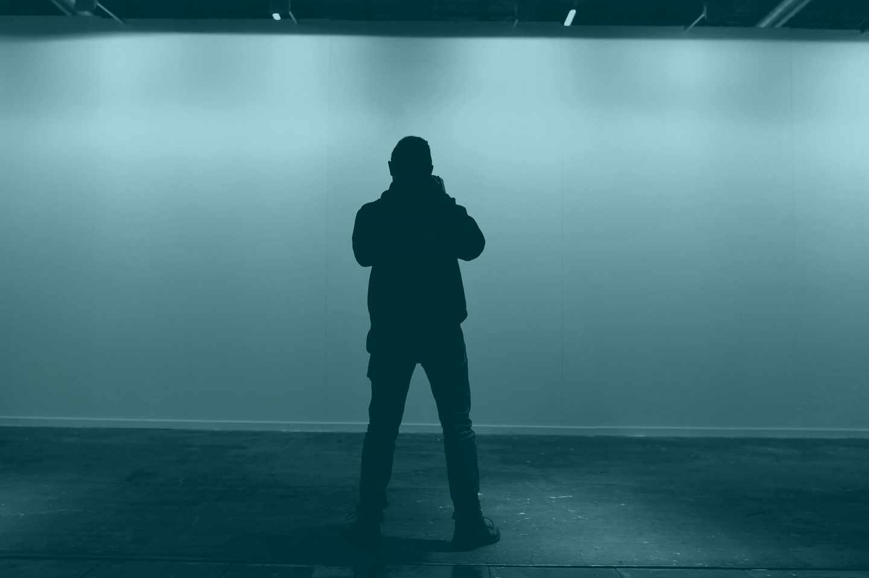 """Un fotografo trabaja en el sitio donde estaba expuesta la obra """"Presos Políticos"""""""