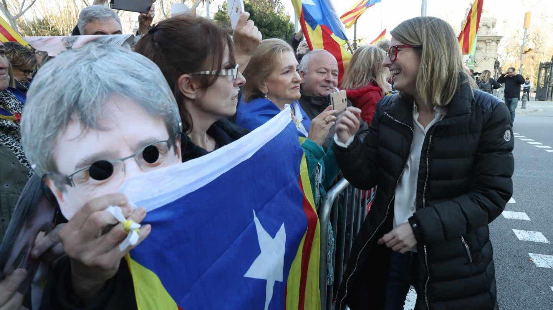 La portavoz de JxCat, Elsa Artadi, saluda junto al Parlament.
