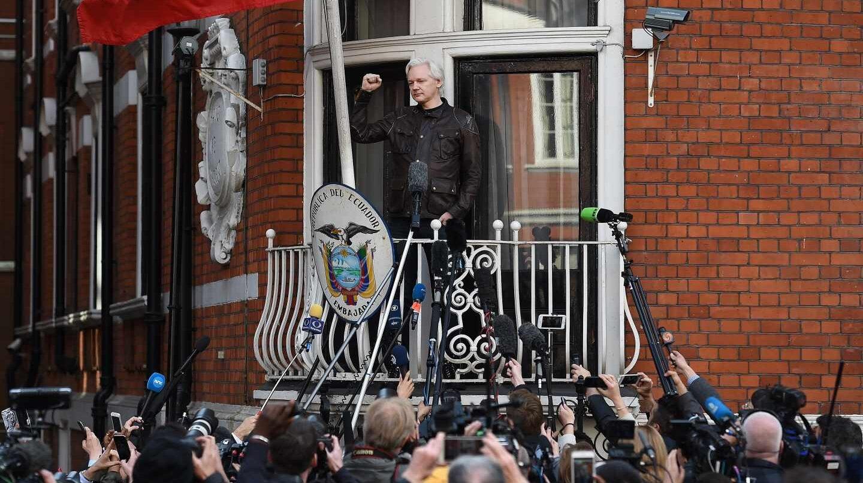 Julian Assange saluda a sus seguidores desde la embajada ecuatoriana en Londres.