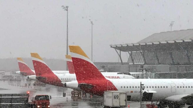 Fotografía facilitada por Iberia del aeropuerto Adolfo Suárez Madrid-Barajas bajo la nevada.