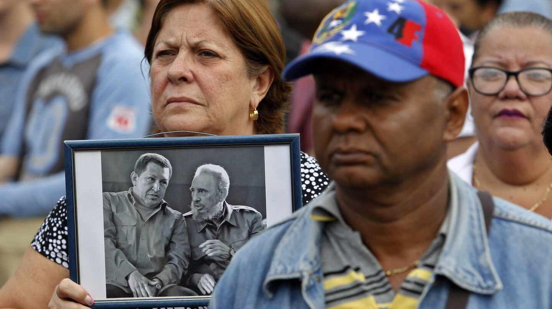Cubanos esperan la llegada del canciller venezolano, Jorge Arreaza, a La Habana.