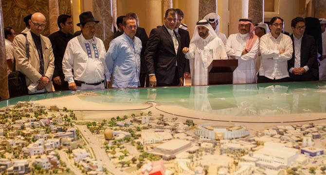 A la izquierda de la imagen, el diputado de Podemos Txema Guijarro durante su visita a Qatar junto al presidente de Ecuador.