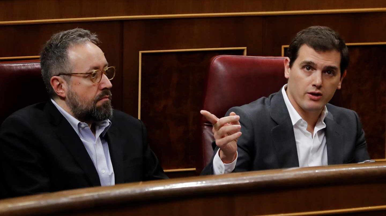 Juan Carlos Girauta y Albert Rivera, en el escaño del Congreso.