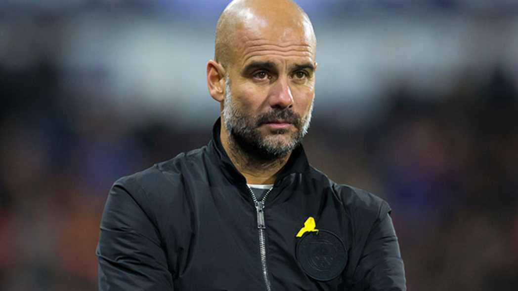 El entrenador del Manchester City, Pep Guardiola, con el lazo amarillo.