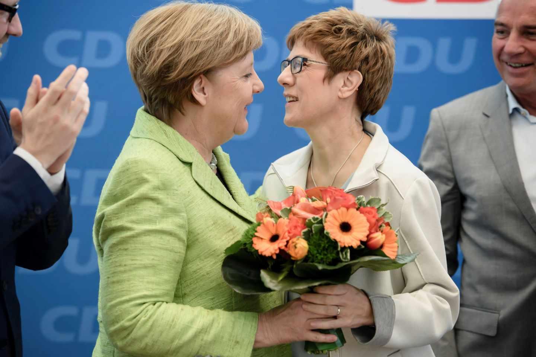 Angela Merkel saluda a AKK, próxima secretaria general de la CDU.