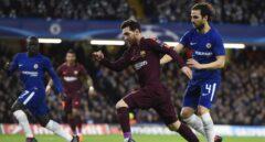 El jugador Cesc Fabregas (d) del Chelsea disputa un balón con el jugador Lionel Messi (c) del Barcelona hoy, martes 20 de febrero de 2018, durante su juego de la Liga de Campeones de la UEFA, entre el Chelsea FC y el FC Barcelona, en el estadio de Stamford Bridge de Londres (R.Unido).