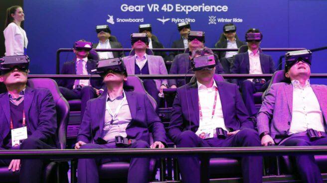 Varios visitantes del Mobile World Congress, prueban las nuevas gafas de realidad virtual Gear VR 4D de la compañía coreana Samsung.