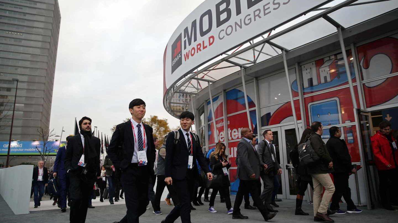 Diversos congresistas llegan al recinto ferial de Gran Via durante primera jornada del MWC (Mobile World Congress), la mayor cita mundial de la tecnología móvil ,que se celebra desde hoy y hasta el próximo jueves. EFE/Toni Albir