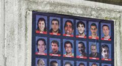 """Un cartel reclama la libertad para decenas de presos de ETA de Bilbao bajo el lema """"Os queremos""""."""