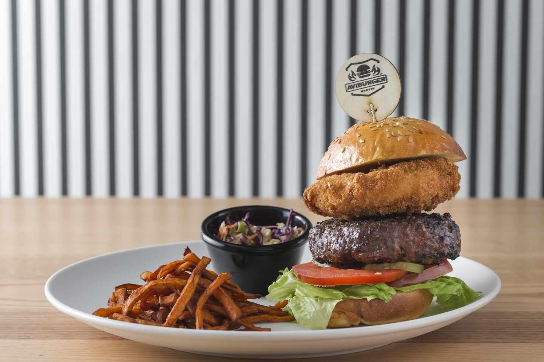 Hamburguesa Platos del diablo de chistorra de Avi Burger