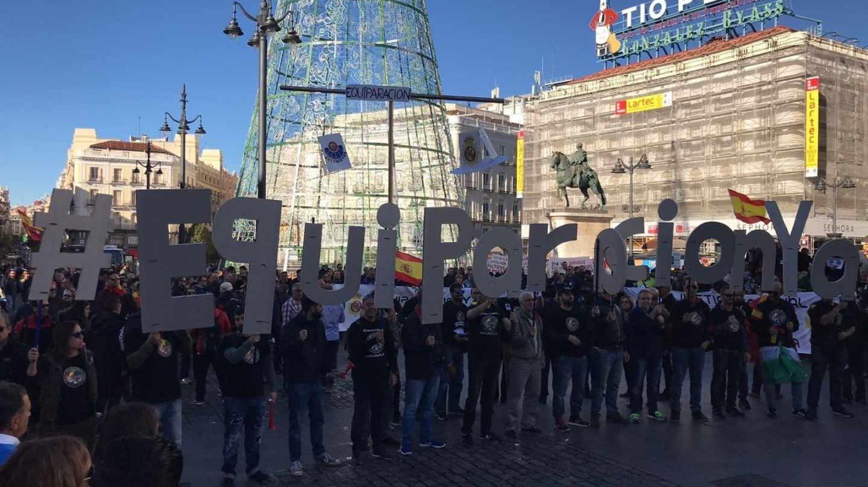 Manifestación en favor de la equiparación salarial de los policías en la céntrica Puerta del Sol de Madrid.