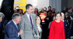 Santiago González acompaña a los reyes Felipe y Letizia durante la visita a ARCO.
