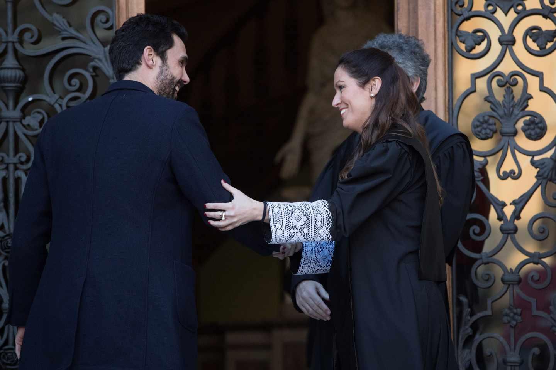 El presidente del Parlament, Roger Torrent, junto a la decana del Colegio de Abogados de Barcelona, Maria Eugenia Gay.