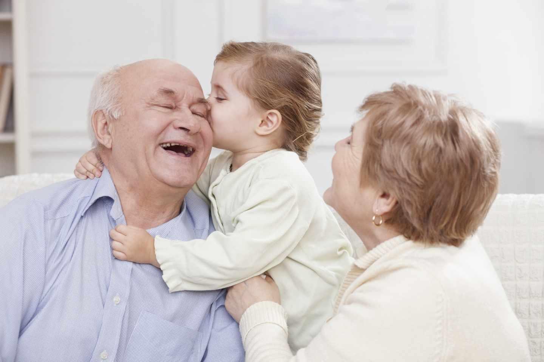 Abuelos con un niño pequeño.