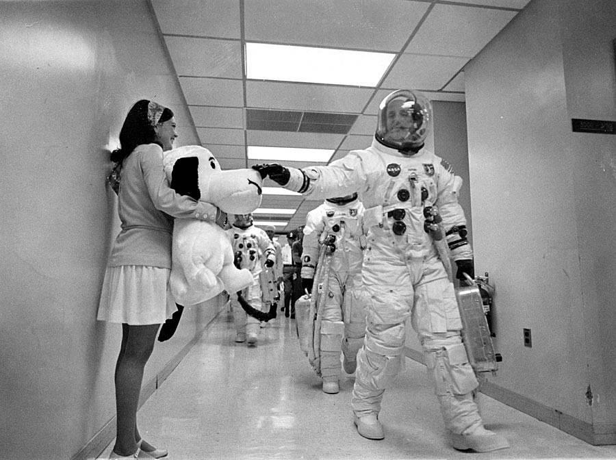 El comandante Stafford rasca la nariz de Snoopy poco antes de subir a la nave espacial.