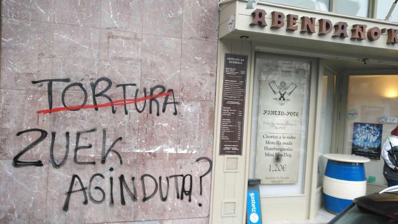 """Una de las sedes del PNV atacadas en Vitoria con la pintada en euskera """"Tortura, ¿ordenada por vosotros?""""."""