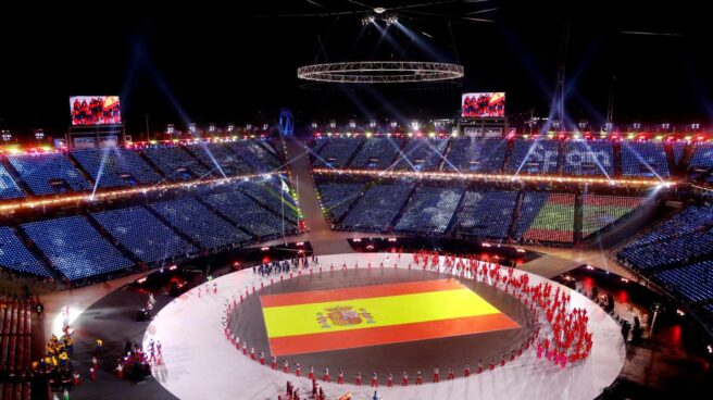 Bandera de España proyectada en el centro del escenario durante la ceremonia de inauguración de los Juegos Olímpicos de Invierno de PyeongChang 2018.