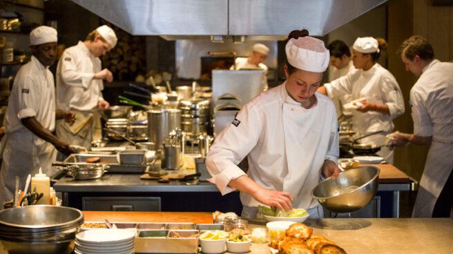 Un grupo de becarios trabaja en las cocinas de un restaurante. El primer 'censo' de becarios en España: 1,4 millones, uno por cada 15 trabajadores, según un censo elaborado por CCOO.
