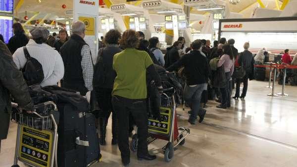 Colas de pasajeros en el aeropuerto de Barajas durante el caos aéreo de 2010 provocado por las protestas de los controladores. El sindicato de controladores aéreos USCA ha alcanzado un principio de acuerdo con la Fiscalía de Madrid por el que se compromete a desembolsar cerca de 15 millones de euros en concepto de indemnización a los pasajeros afectados por el caos aéreo de diciembre de 2010.