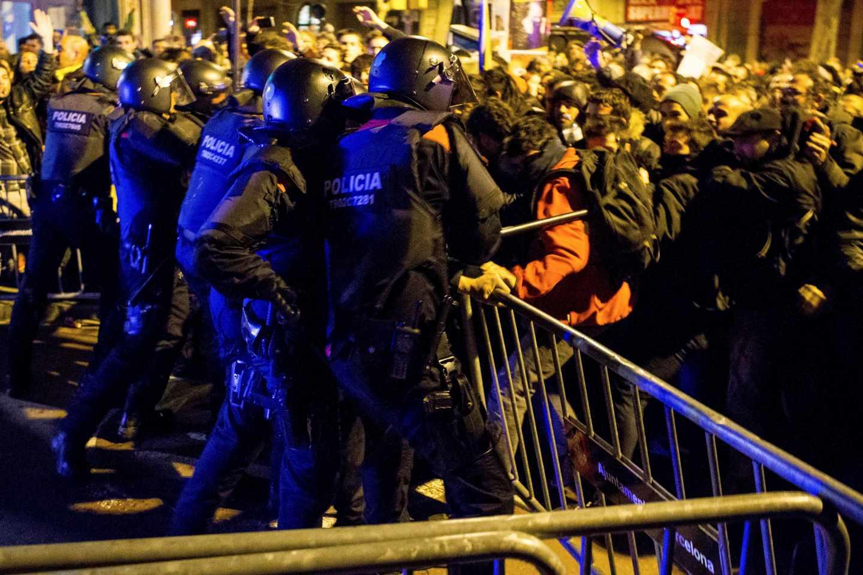 Los Mossos cargan contra los manifestantes en los alrededores del Palau de la Música.
