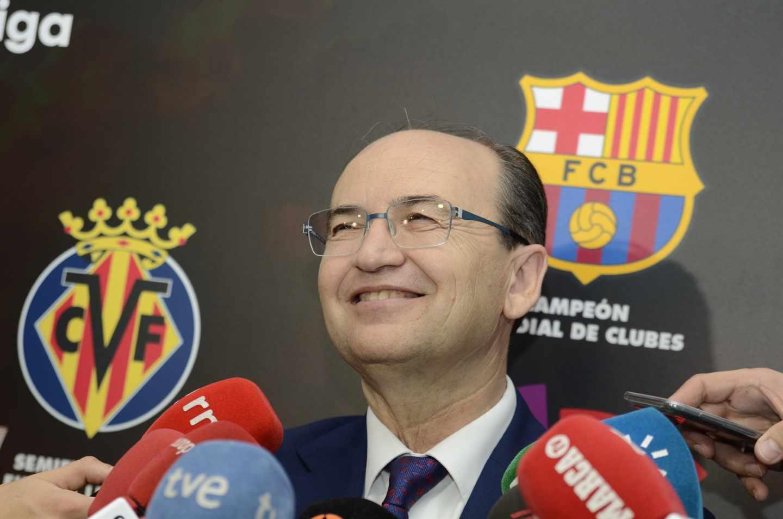 El presidente del Sevilla FC, José Castro, atiende a los periodistas en la sede de La Liga.