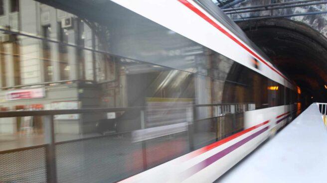 Un tren de Cercanías entra en un túnel, en la Comunidad de Madrid.