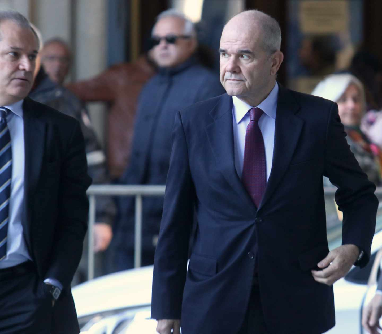 Manuel Chaves, junto a su abogado, dirigiéndose a la Audiencia de Sevilla para una sesión del juicio del 'caso ERE'.