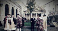 Alabaderos vestidos con trajes de la época de los fueros, junto al árbol de Gernika.