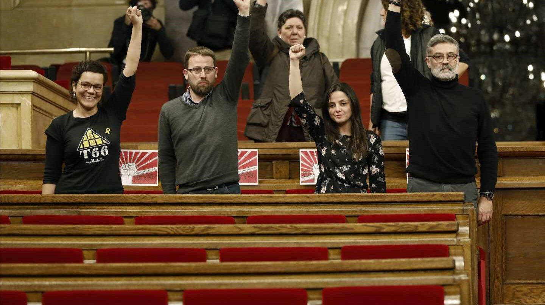 Los diputados de la CUP en el Parlament, con el puño levantado durante el pleno aplazado la pasada semana.