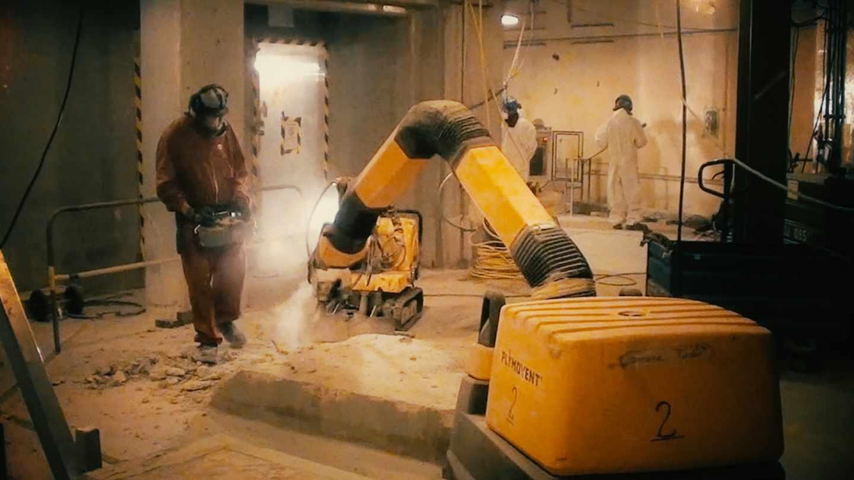 Si la radiactividad ha penetrado en grietas del hormigón, es necesario picar y decapar