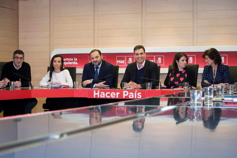 El secretario general del PSOE, Pedro Sánchez, junto a la vicesecretaria general, Adriana Lastra, el secretario de Área de Organización, José Luis Ábalos, Patxi López, Beatriz Corredor y Carmen Calvo.