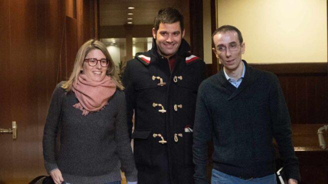 Elsa Artadi, junto a sus asesores este jueves en el Parlament.