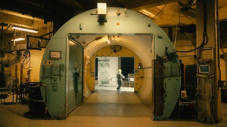 Entrada al antiguo edificio del reactor en plena descontaminación