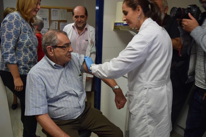Un señor se vacuna de la gripe en Málaga.