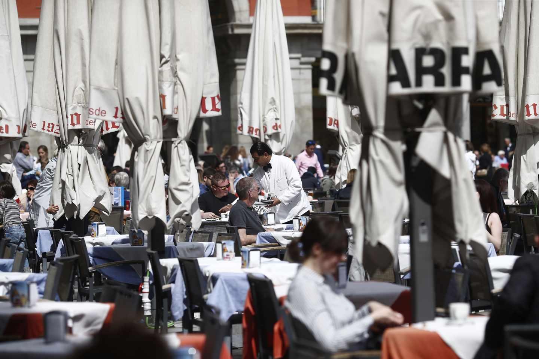 Un camarero trabaja en una de las terrazas de la Plaza Mayor de Madrid.