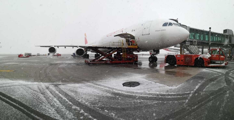 Un avión en el aeropuerto de Barajas en pleno temporal de nieve.