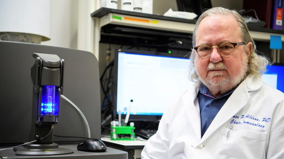 James P. Allison en su laboratorio