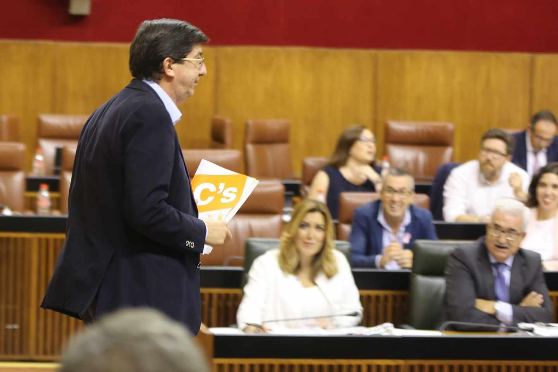El portavoz de Ciudadanos en el Parlamento de Andalucía, Juan Marín, con Susana Díaz al fondo.