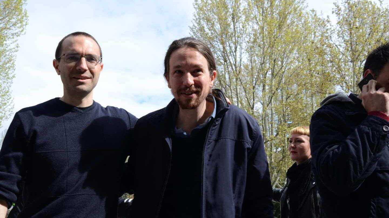 Luis Alegre junto a Pablo Iglesias en abril de 2015.