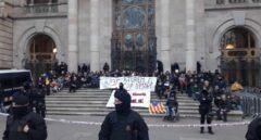Cerca de un centenar de manifestantes bloquean la entrada del TSJC.