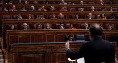 El presidente del Gobierno, Mariano Rajoy, de espaldas, durante su intervención en la sesión de control del Congreso.