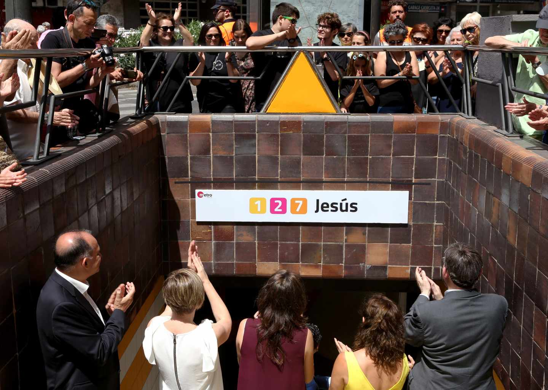 Varias personas se concentran en una estación del Metro de Valencia en el décimo aniversario del accidente.