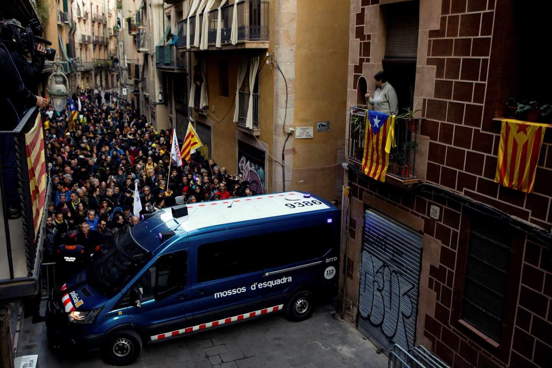 Los Mossos cortan calles en el centro de Barcelona para impedir el escrache a Felipe VI en el Mobile World Congress.