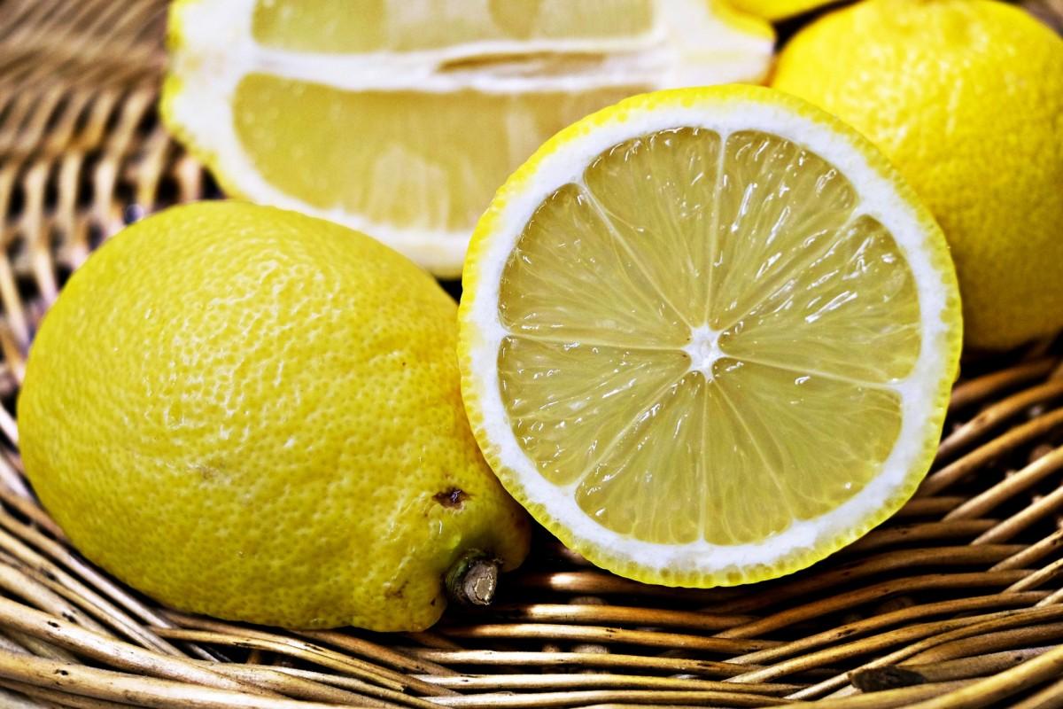 Oler limón no previene el cáncer. Nace una plataforma para frenar los bulos de internet.