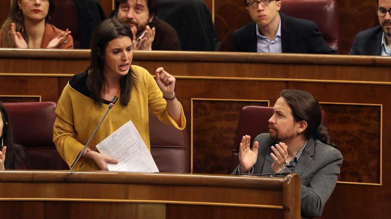 El líder de Podemos, Pablo Iglesias, aplaude la intervención de la portavoz de la formación, Irene Montero.