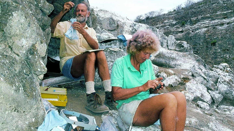 Peter y Rosemary Grant en las Galápagos, trabajando con pinzones